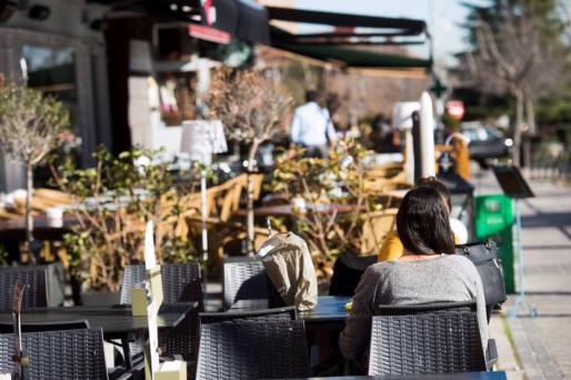 Ciudadanos en una terraza de un bar de Madrid.