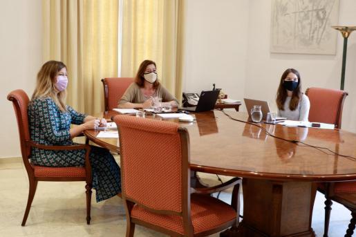 Francina Armengol, durante la reunión que ha mantenido con Patricia Gómez y Margalida Frontera.