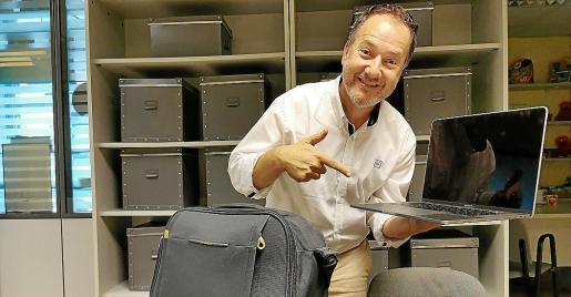 El fotógrafo Xisco Kamal con el ordenador perdido y recuperado.