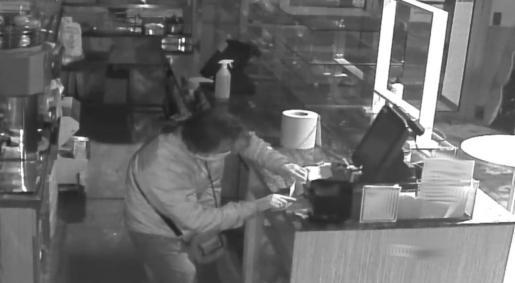 Uno de los ladrones fue grabado por una cámara del local.