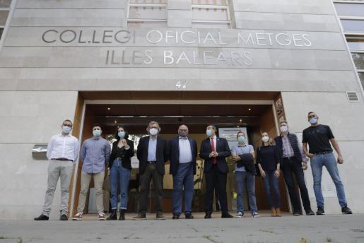 Representantes del foro de profesiones médicas posan ante el Col.legi Oficial.