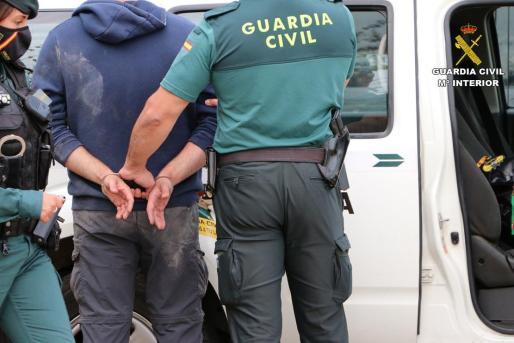 La Guardia Civil, en el momento de la detención de una de las tres personas acusadas de trata de seres humanos con fines de explotación sexual.