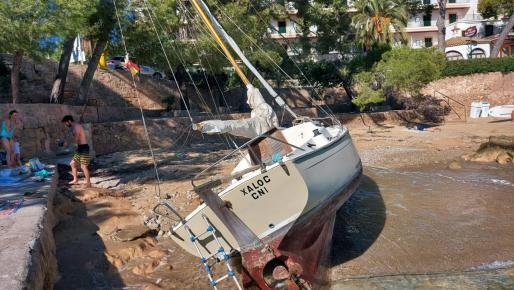 Imagen de la embarcación encallada en Cala Fornells.