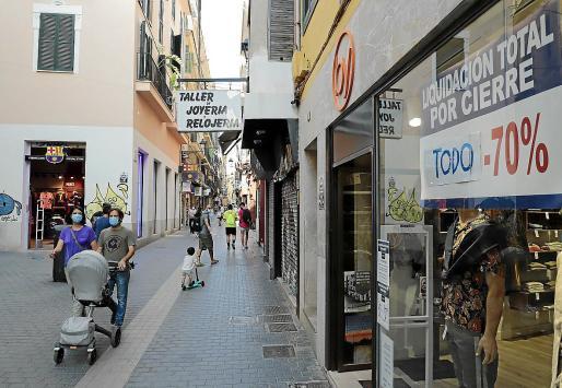 Calles comerciales. Las patronales de comercio hablan de bajadas de la facturación de hasta un 70 por ciento, recrudecido por el desplome de turistas. En restauración las cifras son similares y muchos negocios apenas pueden sobrevivir a esa caída de ingresos.