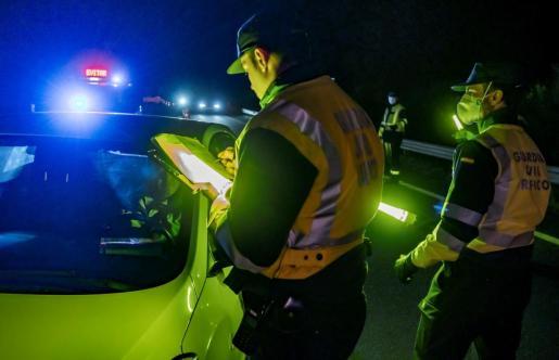 Dos agentes de la Guardia Civil en un operativo nocturno.