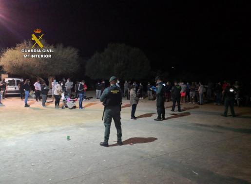 Agentes de la Guardia Civil, en el operativo contra la fiesta ilegal.