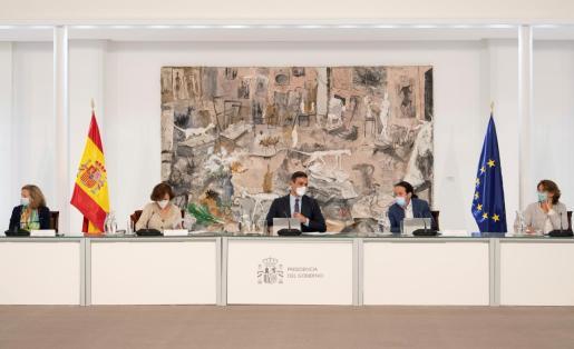 El presidente del Gobierno, Pedro Sánchez (c), ha presidido este domingo un Consejo de Ministros extraordinario.