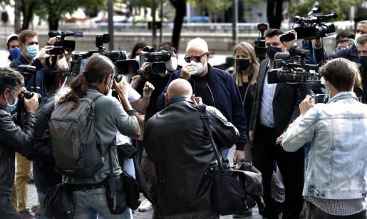 El productor televisivo y miembro del grupo musical La Trinca Josep Maria Mainat, rodeado de periodistas, a su llegada a la Ciudad de la Justicia, de Barcelona.
