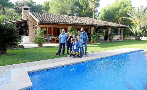 La familia al completo, ante la piscina de su segunda residencia, que se encuentra en Alcúdia.