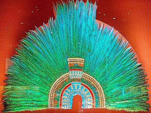 El denominado penacho de Moctezuma, que formaba parte de la capa de un sacerdote azteca, expuesto en el Museo Etnológico de Viena. A la derecha, el senador Germán Martínez Casares y la esposa del presidente López Obrador, Beatriz Gutiérrez Müller.