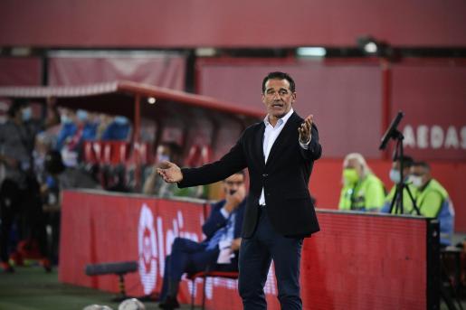El técnico del Real Mallorca, Luis García Plaza, gesticula durante un partido en Son Moix.