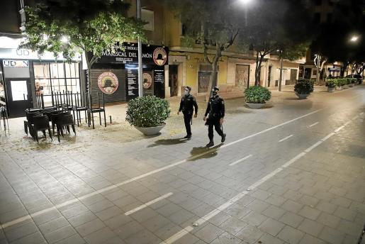 La Policía patrulló la pasada noche las calles de Palma para controlar el toque de queda.