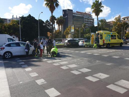 Los servicios sanitarios, atendiendo a la víctima del accidente registrado este lunes en Palma.