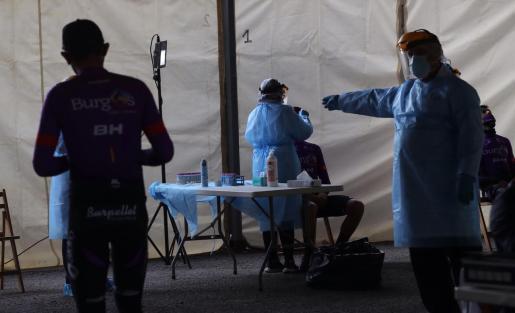 Ciclistas y staff de los equipos se someten a un test PCR para detectar coronavirus antes del inicio de la sexta etapa de la Vuelta Ciclista a España.
