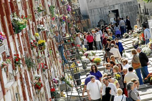 El cementerio de Palma registra en Tots Sants la visita de hasta 20.000 personas.