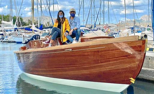Neus Vallori y Sebastián Beckers, en Alcúdia a bordo de la embarcación restaurada.