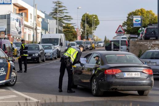 Controles en la entrada y salida de Teruel, otra de las poblaciones confinadas.