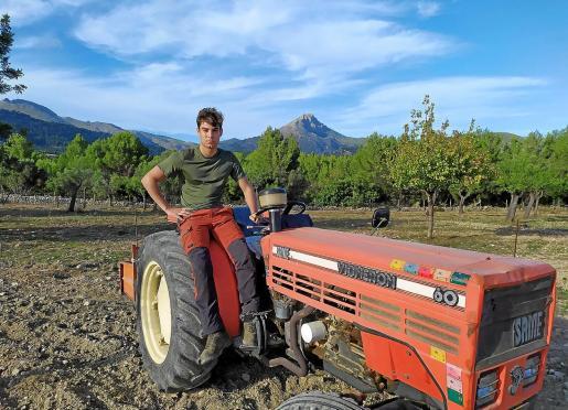 El joven de Calvià, subido a su tractor. Combina su pasión por la payesía con los estudios de Historia en la UIB.