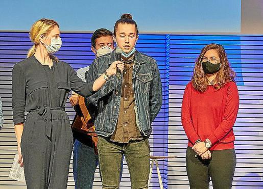 El director Miguel Gelabert con Ester Moyà y Guillem Porcel.