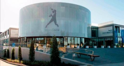 Imagen de la fachada y los exteriores del Rafa Nadal Sports Centre de Manacor.