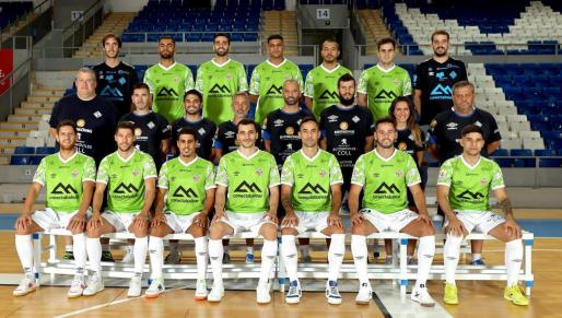 La plantilla y el cuerpo técnico del Palma Futsal posan para la foto oficial.