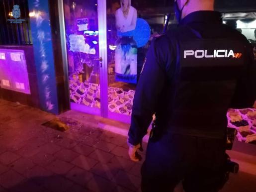 La Policía Nacional ha detenido a tres personas en 24 horas por reventar escaparates y robar en su interior.