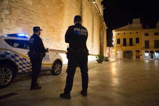 Dos policías locales controlan el toque de queda en Ciutadella