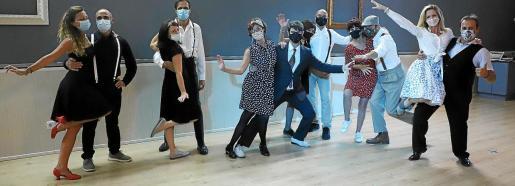 Cada cual baila solo con su pareja y todos con mascarilla.