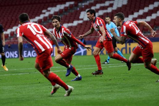 El delantero portugués del Atlético de Madrid Joao Felix celebra tras marcar el tercer gol ante el Salzburgo.