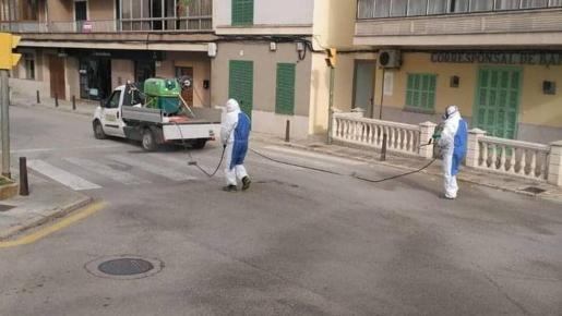 Trabajadores municipales vuelven a desinfectar la vía pública.
