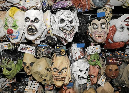 Las clásicas máscaras y caretas comparten protagonismo este año con las terroríficas mascarillas anti COVID-19.