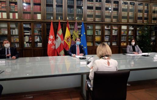 El presidente de la Junta de Castilla y León, Alfonso Fernández Mañueco reunido con los presidentes de la Comunidad de Madrid, Isabel Díaz Ayuso y del Gobierno de Castilla-La Mancha, Emiliano García-Page.
