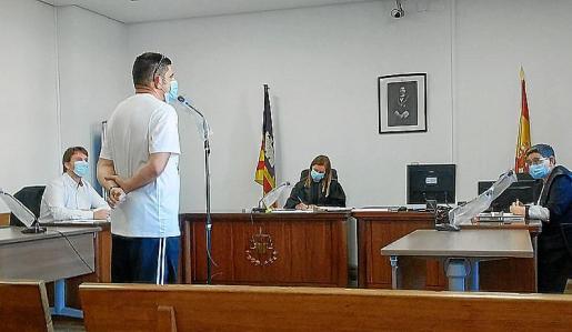 El acusado en el juicio en un juzgado de lo Penal de Palma.