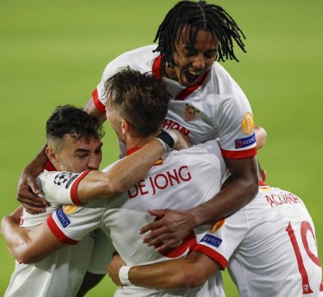 Los jugadores del Sevilla felicitan a Luuk de Jong tras marcar ante el Rennes.