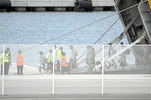 Llegada ayer al dique de Son Blanc con la pasarela de acceso sin cubrir.