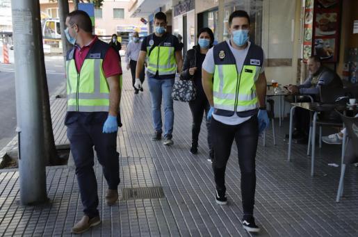 Agentes de la UCRIF durante la operación.