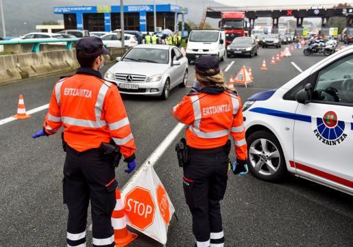 Agentes de la Ertzaintza en un control de carretera.