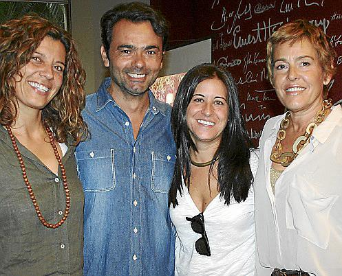 Olga Real, Ana Cerrón y María Osuna con el autor.