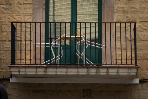 Detalle del balcón de un hotel del centro de Barcelona el día en que se ha iniciado el cierre perimetral de Cataluña durante 15 días.