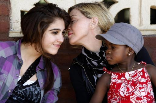 Madonna besa a su hija Lourdes Maria ante la mirada de su hija adoptiva Mercy J.