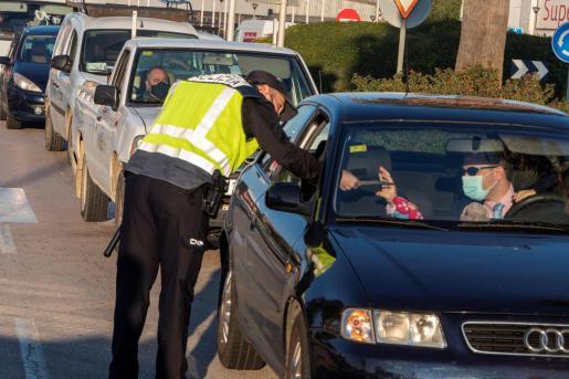Patrullas de la Policia Nacional y Municipal controlan las entradas y salidas de Manacor, tras la entrada en vigor del confinamiento.