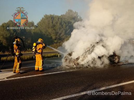 Bombers de Palma sofocan el incendio.