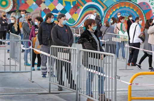 Varias personas esperan su turno para participar en el cribado masivo que ha comenzado este jueves en Manresa.