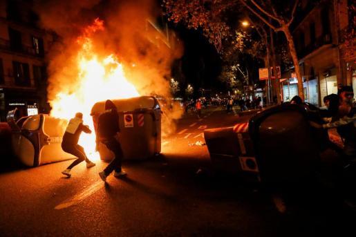 Quema de contenedores durante la protesta en Barcelona.