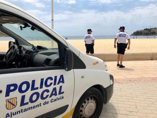 Imagen de archivo de dos agentes de la Policía Local de Calvià en Magaluf.