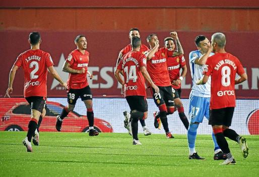 Los jugadores del Real Mallorca celebran uno de los goles de su partido contra el Málaga.