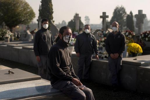 Juan González (Orense, 1973) (izquierda), un veterano enterrador oficial de cementerios, posa para Efe en el cementerio de Santa Mariña en Orense.