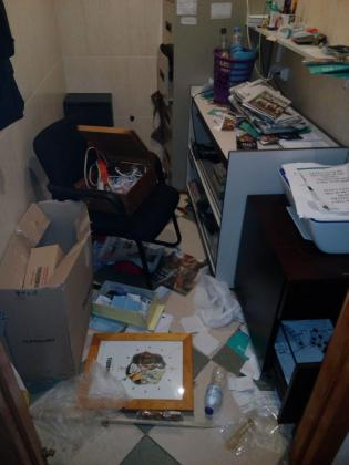 Los hampones reventaron la puerta de entrada y destrozaron la oficina de la asociación.