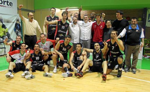 Los jugadores y técnicos del Palma Air Europa 2012-13 celebran el ascenso logrado en Málaga a la LEB Oro.