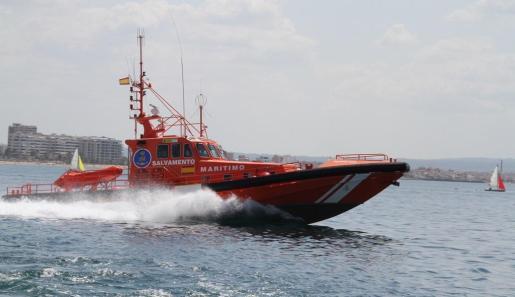 La embarcación 'Salvamar Acrux', de Salvamento Marítimo, ha evacuado al herido hasta Port Adriano, donde se encontraba la ambulancia.